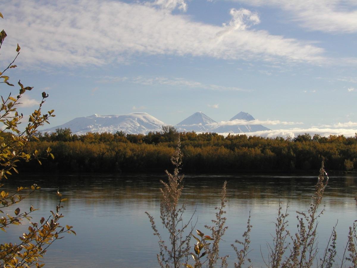 Фото Ключевской вулканической группы от устья реки Кахтун (таким увидели её казаки отряда В. Атласова)