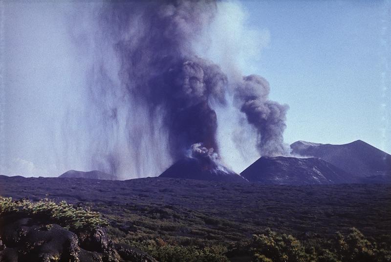 Первый, второй и третий (справа – налево) конусы Северного прорыва Большого трещинного Толбачинского извержения. Август 1975 г. (фото В. Н. Козлова)